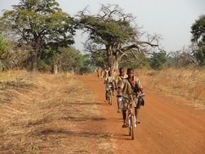 DSC09944 Bénin - Kouaba ( Retour de l'École, sur la piste)