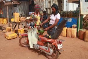 Microcrédits - Vendeuse d'essence bénéficiaire
