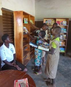 Tourisme solidaire Bénin - Rangement bibliothèque scolaire