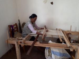 Tourisme utile à Madagascar - tissage soie naturelle