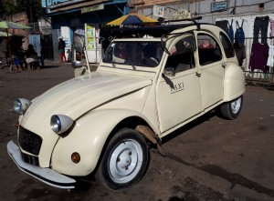 Voyage utile à Madagascar - superbe taxi 2CV