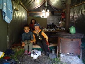 Voyage solidaire au Kirghizstan - enfants yourte