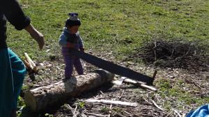 voyage solidaire au Kirghizstan - enfant et la scie