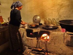 voyage solidaire au Kirghizstan - femme en cuisine