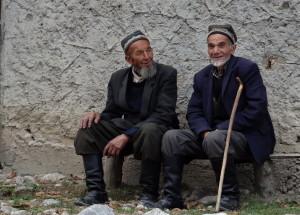 Voyage Solidaire au Kirghizstan - hommes sur banc