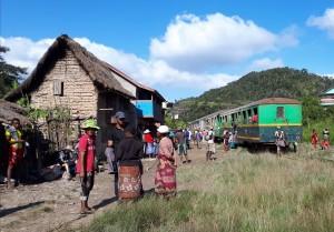 Tourisme utile à Madagascar - la vie autour du train