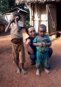 Voyage solidaire à Madagascar - Lucy notre guide avec les enfants