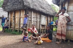 rencontres utiles à Madagascar - maison traditionnelle et famille