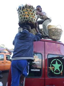 tourisme équitable à Madagascar - chargement de mandarines sur le taxi brousse
