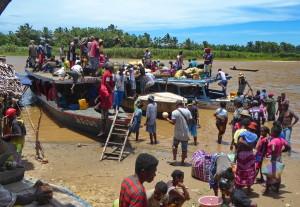 Rencontres solidaires à Madagascar - arrêt des un village vers Nosy Varika
